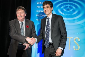 Professor Thomas Lemieux, VSE Director, at right, accepts the Insight Award from SSHRC Executive VP Ted Hewitt. Photo credit: Lipman Still Pictures